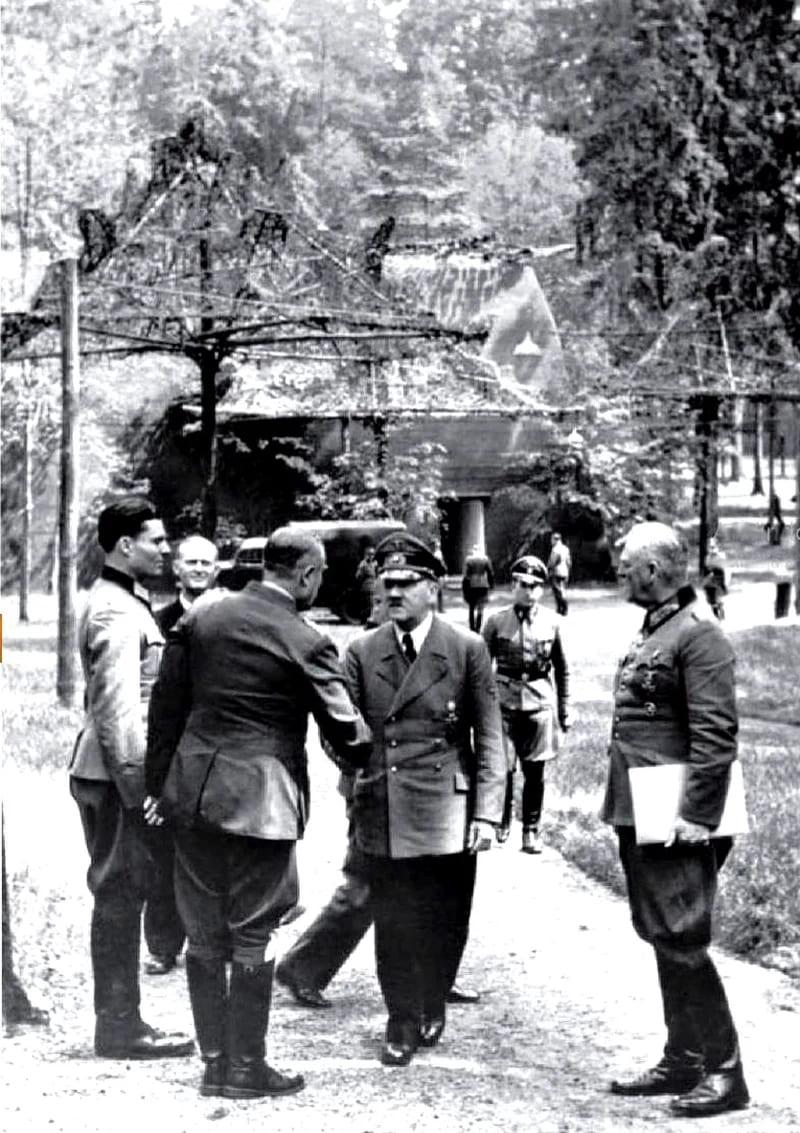 Слева направо: Штауффенберг, Карл-Йеско фон Путткамер, Карл-Генрих Боденшац (стоит спиной к объективу), Адольф Гитлер, Вильгельм Кейтель. 15 июля 1944 года / © Федеральный архив Германии