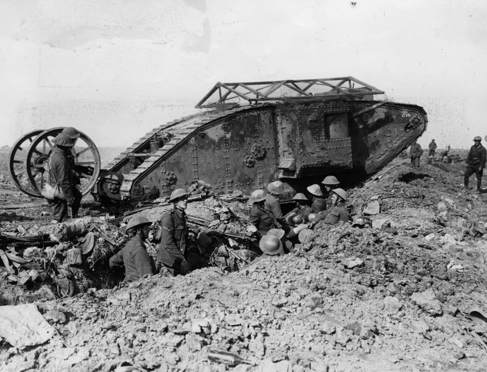 Британский тяжелый танк Mk.1 в битве на Сомме, 1916 год (первый танк, который был применен в боевых условиях)