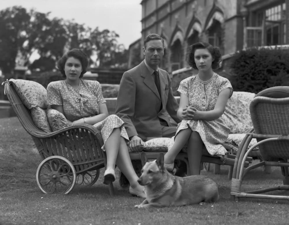 Елизавета, с личным корги Сьюзен, и Маргарет с отцом, июль 1946 года