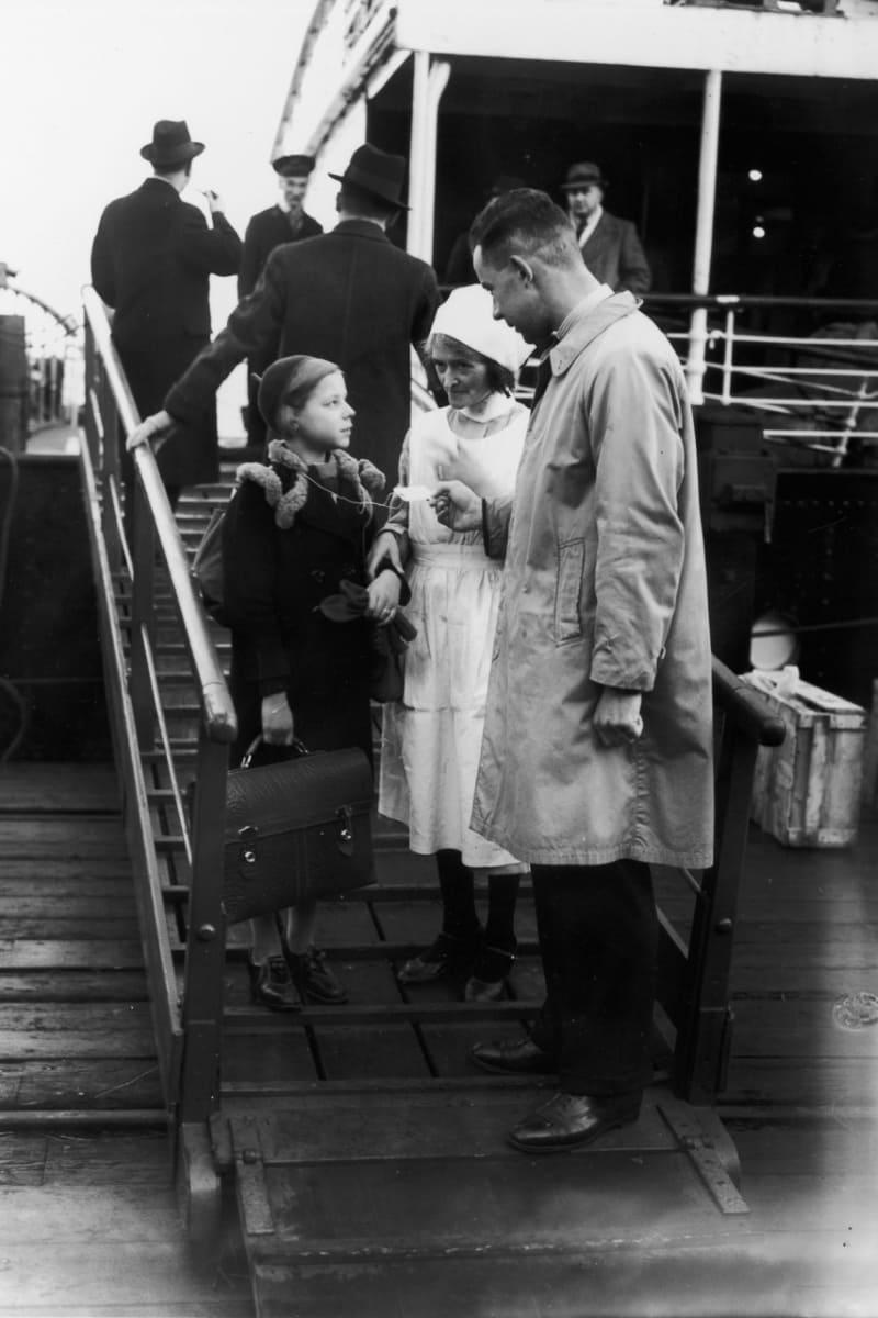 Еврейка немецкого происхождения Хельга Самуэль прибывает в Харвич, 2 декабря 1938 год