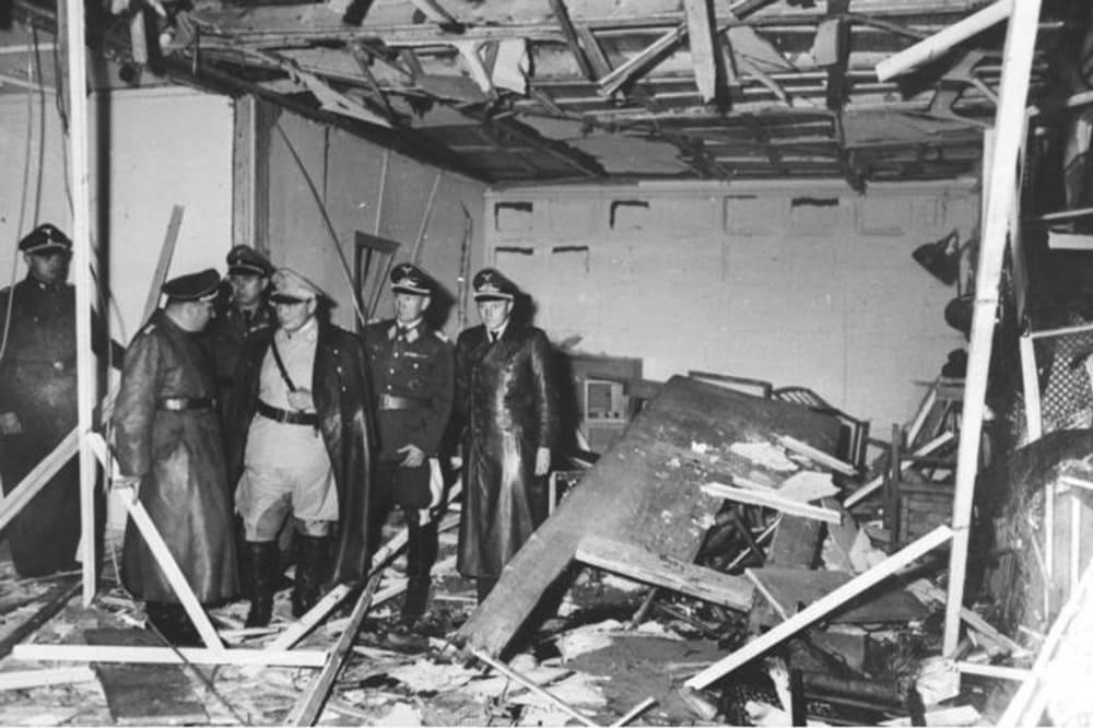 Хайнц Линге, Мартин Борман, Юлиус Шауб, Герман Геринг и Бруно Лёрцер осматривают руины блока, в котором произошёл взрыв. 20 июля 1944 / © Федеральный архив Германии