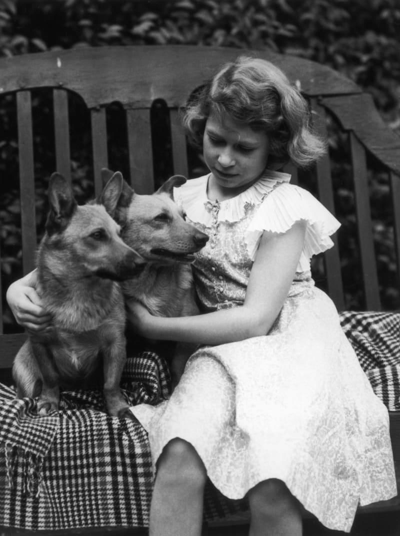 Маленькая Лилибет в Лондоне с собачкой Дуки и Джейн, примерно 1936 год