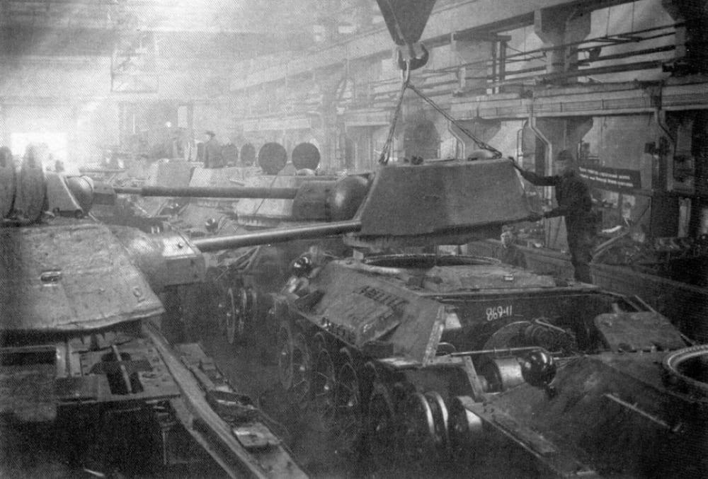 Сборка Т-34 на заводе №183 в Нижнем Тагиле.