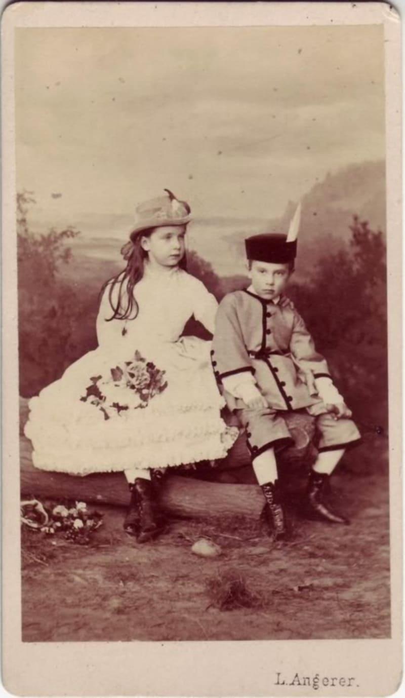 Эрцгерцогиня Гизела со своим младшим братом наследным принцем Австрии Рудольфом