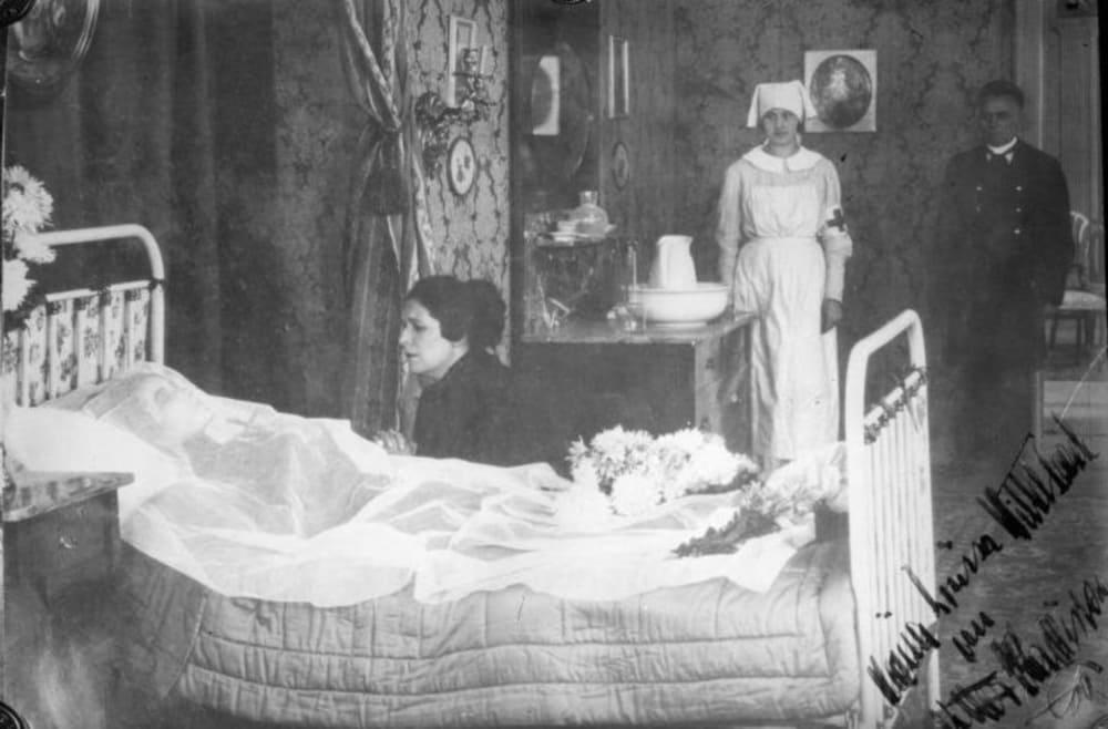 Императрица Елизавета Австрийская на смертном одре в отеле Бо Риваж в Женеве. Сценическая фотография.
