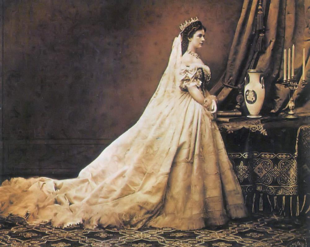 Императрица Елизавета Австрийская в коронационном платье / Фотограф Эмиль Рабендинг