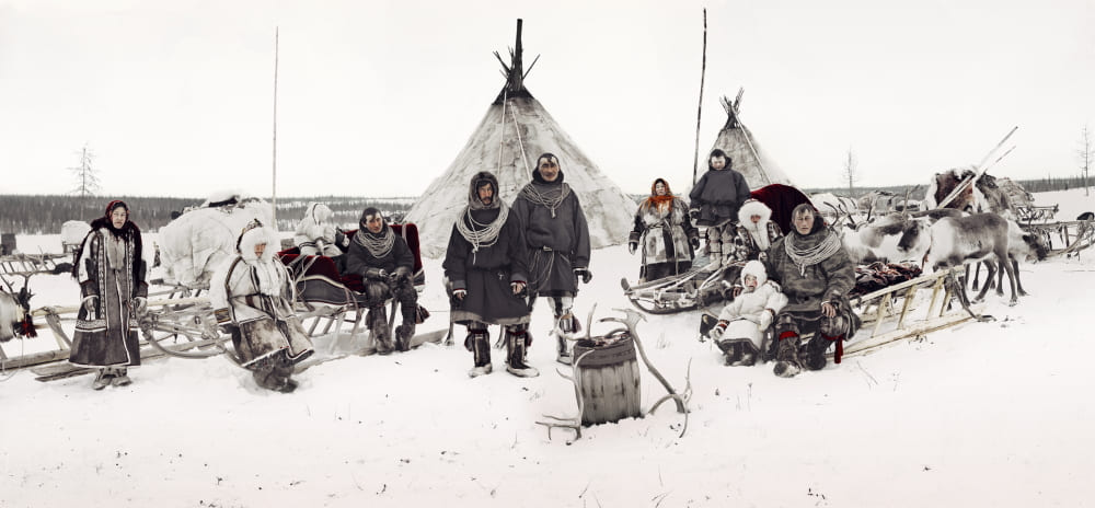 Ненцы возле своих чумов / © Джимми Нельсон (фотограф) / jimmynelson.com